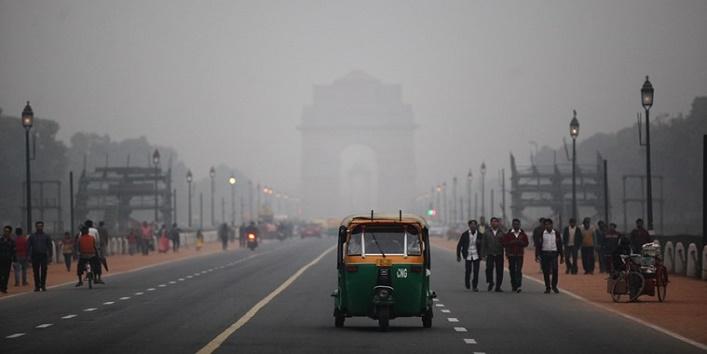 A foggy polluted evening at the Vijaypath facing the Rashtrapati Bhavan in New Delhi on monday. Express Photo by Tashi Tobgyal New Delhi 071215